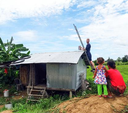 Hilfe für eine arme Familie in Kambodscha